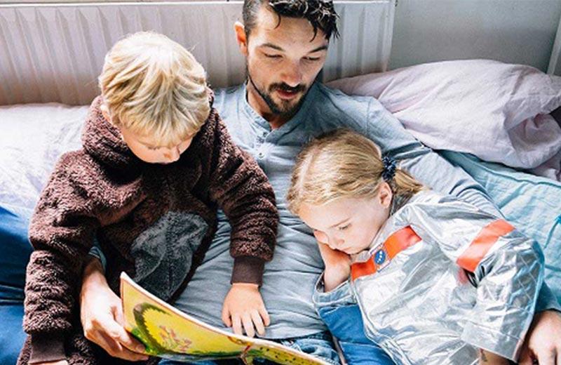 کتاب خواندن برای کودک بیمار