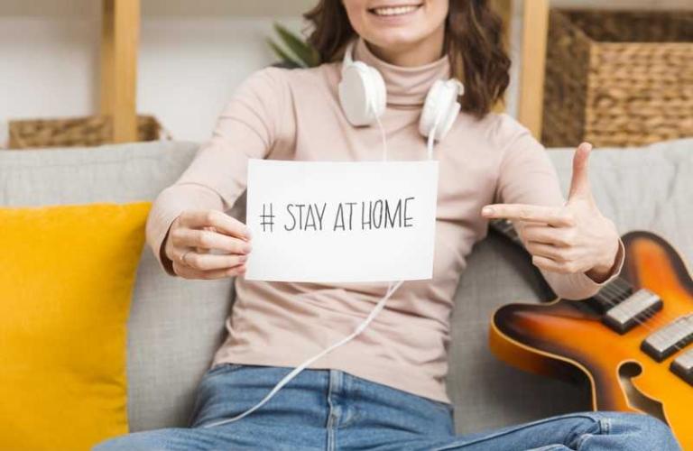 در خانه بمانید