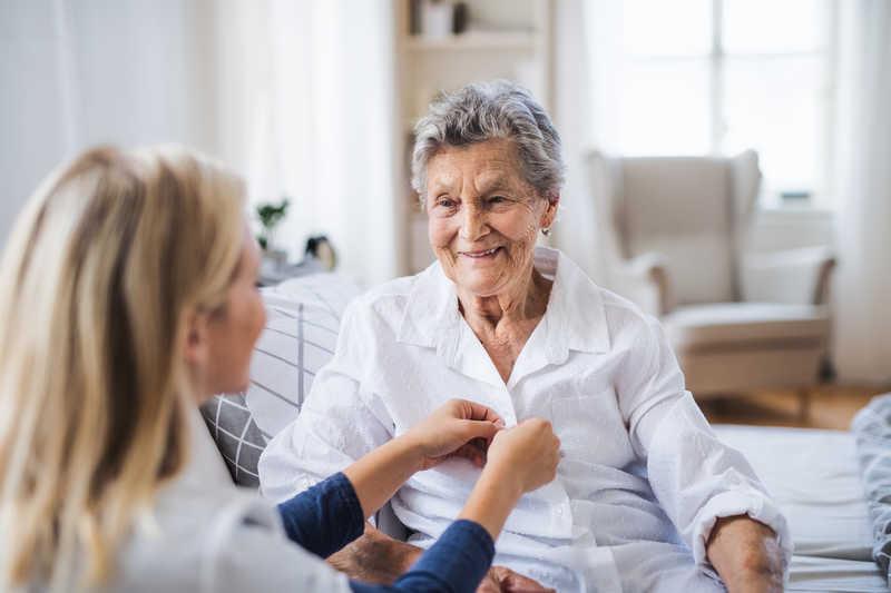 اهمیت پرستار سالمند در منزل