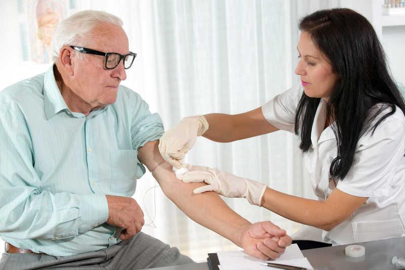نمونه گیری و انجام آزمایش سالمندان در منزل
