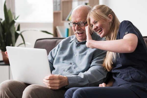 رسیدگی خدمتکار به سالمند در منزل
