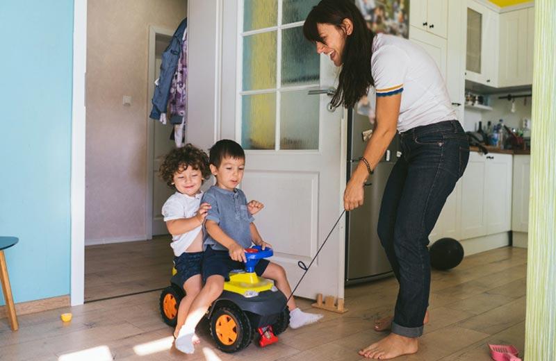 بازی و سرگرمی یکی از وظایف پرستار کودک