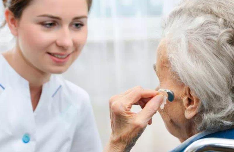 درمان کم شنوایی در سالمندان