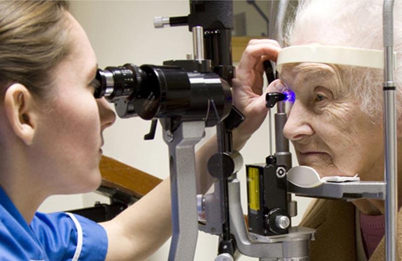 مراجعه به چشم پزشک در سالمندان