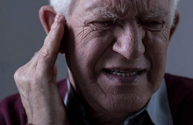 وارد آمدن ضربه به گوش سالمندان
