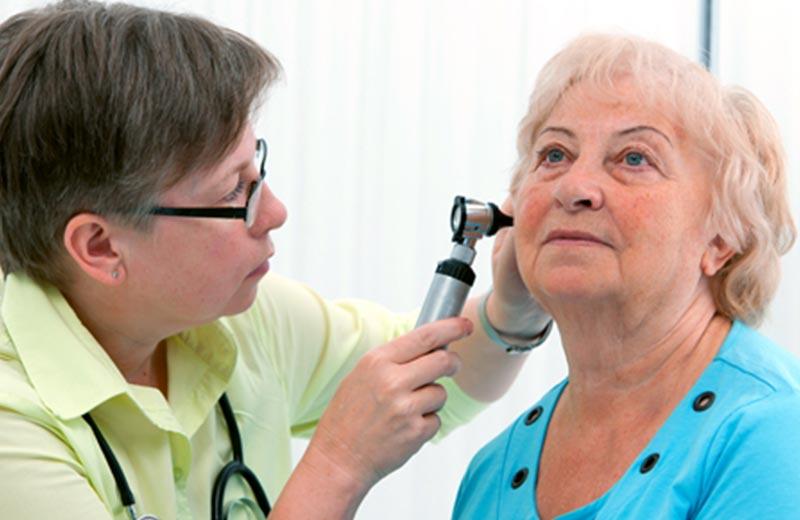 چرا سالمندان دچار کم شنوایی می شوند؟